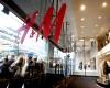 """H&M isi lanseaza propriul program """"Rabla"""". Din februarie ia hainele vechi si ofera bani pentru altele noi"""