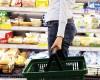Senatorii cer rafturi separate pentru alimentele gata sa expire. Retailerii nici nu vor sa auda
