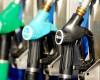 Benzina a coborat sub pragul de 5 lei pe litru. De unde se poate lua carburant cu 4,97 lei?